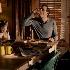 Cassandra desayua con Paxton y Margaret.