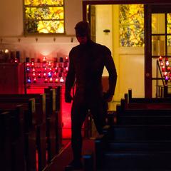 Daredevil persigue a unos delincuentes hasta una iglesia.