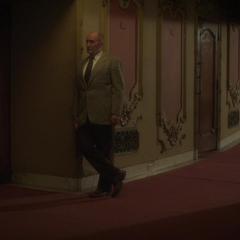 Fennhoff espera a Underwood en el cine.