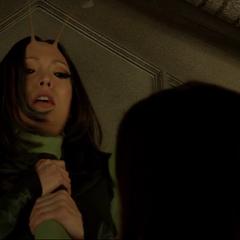 Mantis es tomada del cuello por Gamora.