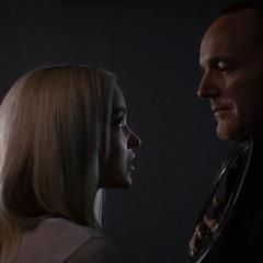 Ruby amenaza con ejecutar a Coulson.