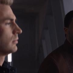 T'Challa habla con Rogers sobre la semejanza entre Barnes y T'Chaka.