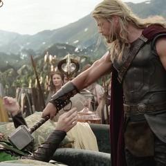 Loki es interrogado por Thor sobre el paradero de Odín.