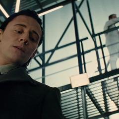 Loki frustrado al no poder levantar el Mjolnir.
