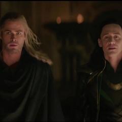Loki es liberado de su celda por Thor.