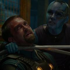 Nebula interroga a un guardia de los Nova Corps.