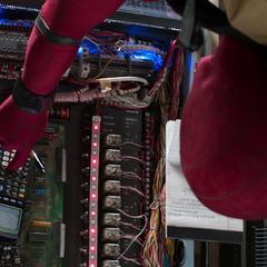 Parker intenta hackear el sistema de seguridad de la bóveda.