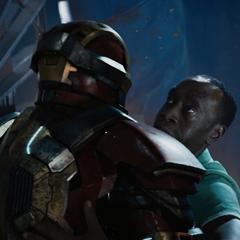 Rhodes recibe la ayuda de una armadura dirigida por J.A.R.V.I.S.