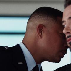 Rhodes diciéndole a Stark que debe leer el guión.