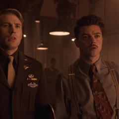 Stark y Rogers ven a Carter salir del taller.