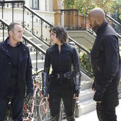 Johnson, Mackenzie y Coulson discuten la situación de Frye.