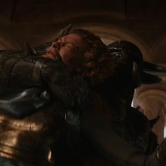 Frigga es asesinada durante el Saqueo de Asgard.