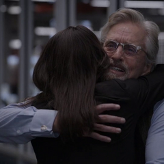 Pym y Hope se abrazan.