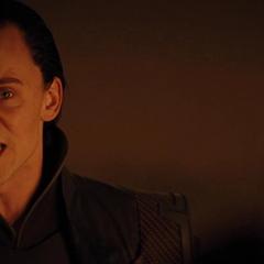 Loki se rehúsa a convencer a Odín de regresar a Thor a Asgard.