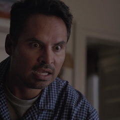 Luis habla con la hormiga creyendo que es Lang.