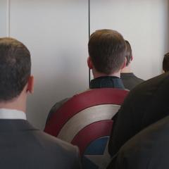 Rogers es rodeado por agentes encubiertos.