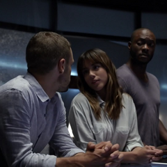 Skye se queda con el equipo mientras Coulson y May realizan la misión.