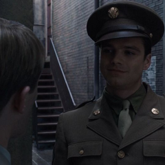 Barnes le dice a Steve que se unió al ejército.