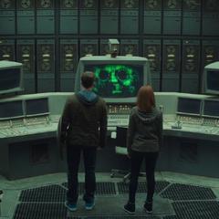 Rogers y Romanoff en la antigua base de S.H.I.E.L.D.