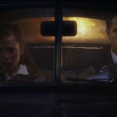 Carter y Jarvis escapan de la explosión de las bombas.