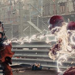 Stark aguantando los látigos eléctricos de Vanko.