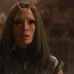 Mantis observa a Strange utilizando la Gema del Tiempo.