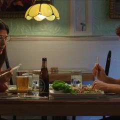 Maybelle y Peter continúan comiendo en el restaurante.