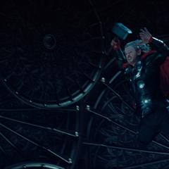 Thor intenta levantar el Mjolnir.