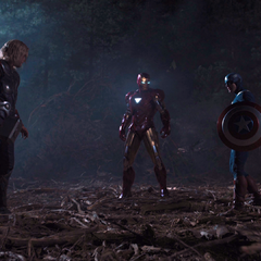 Rogers, Stark y Thor detienen la pelea.