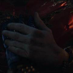 Potts ve el traje apagado de Stark.