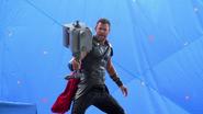 Thor Ragnarok Mjolnir BTS
