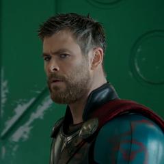 Thor descubre a Loki en la habitación.