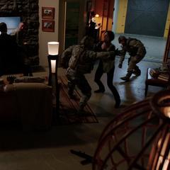 Hill y Coulson enfrentan a los militares.