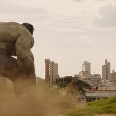 Hulk se descontrola a causa de los poderes de Wanda Maximoff.