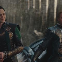 Fandral dirigiendo el esquife en las afueras de Asgard.