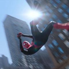Parker se columpia por los edificios de la ciudad de Nueva York para llegar a su cita con Jones.