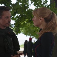 Stark le habla a Potts de su sueño donde tuvieron un hijo.