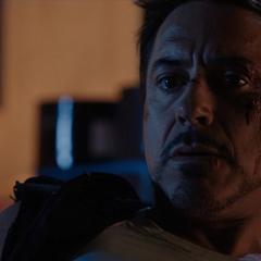 Stark viendo el casco del Mark XLII.