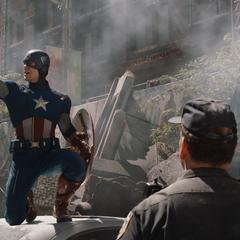 Rogers le menciona atajos al oficial de policía para evacuar a los civiles.