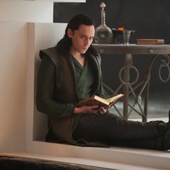 Loki lee un libro mientras Thor y los Tres Guerreros luchan contra los prisioneros.
