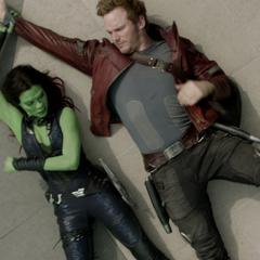 Gamora intenta quitarle el Orbe a Quill.