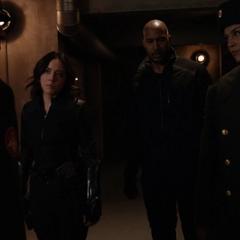 Johnson, Mackenzie y Morse se encuentran con Androvich.