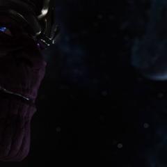 Thanos sonríe siniestramente.