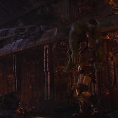 Thanos antes de lanzar a Hulk contra el suelo.