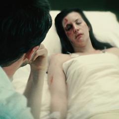 Banner visita a Elizabeth en el hospital.