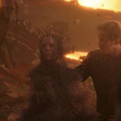 Mantis muere desintegrada por el chasquido de Thanos.