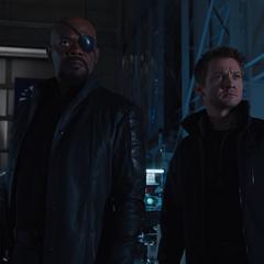 Barton y Fury escuchan a Loki.