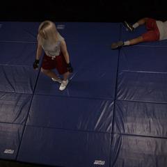 Ruby vence a sus dos compañeros en el gimnasio.