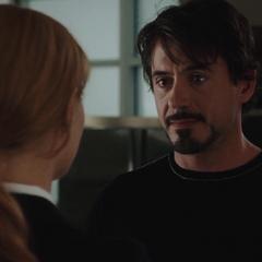 Stark es informado por Potts sobre su reunión con Rhodes.