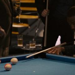 Wilson juega billar en la Torre de los Vengadores.